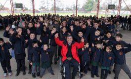 ALUMNOS DE LA ESCUELA LUIS GALDAMES RECIBEN CASACAS INSTITUCIONALES