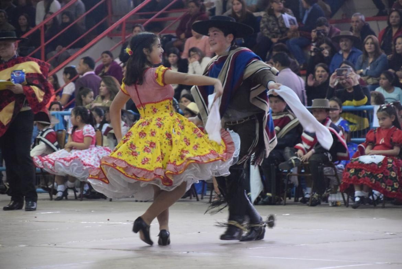 LOS PEQUEÑOS RENGUINOS SE LUCIERON EN CAMPEONATO ESCOLAR COMUNAL DE CUECA