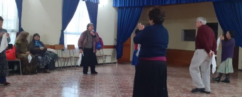 LOS LUNES Y MIÉRCOLES LOS ADULTOS MAYORES DISFRUTAN DE TALLERES DE CUECA